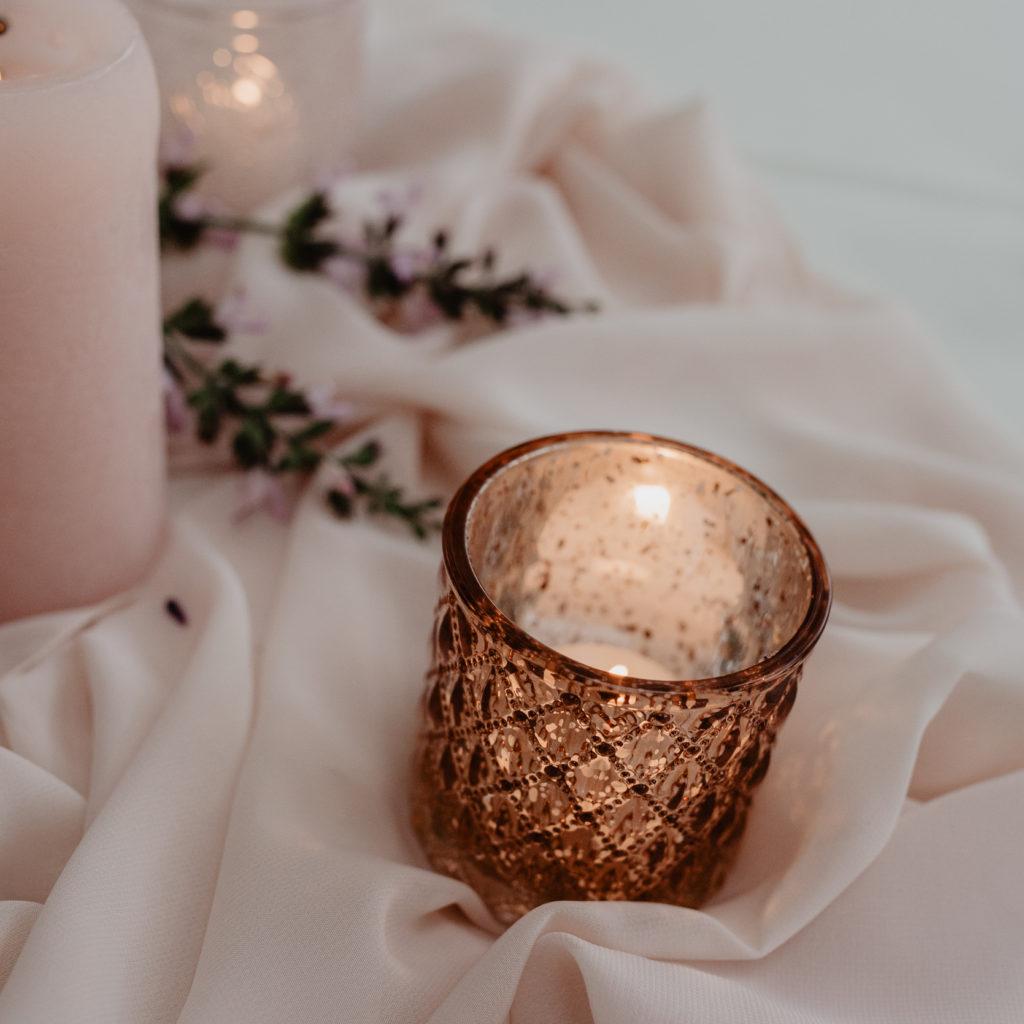 Theelichtje op gedekte tafel trouwfeest met roze tinten