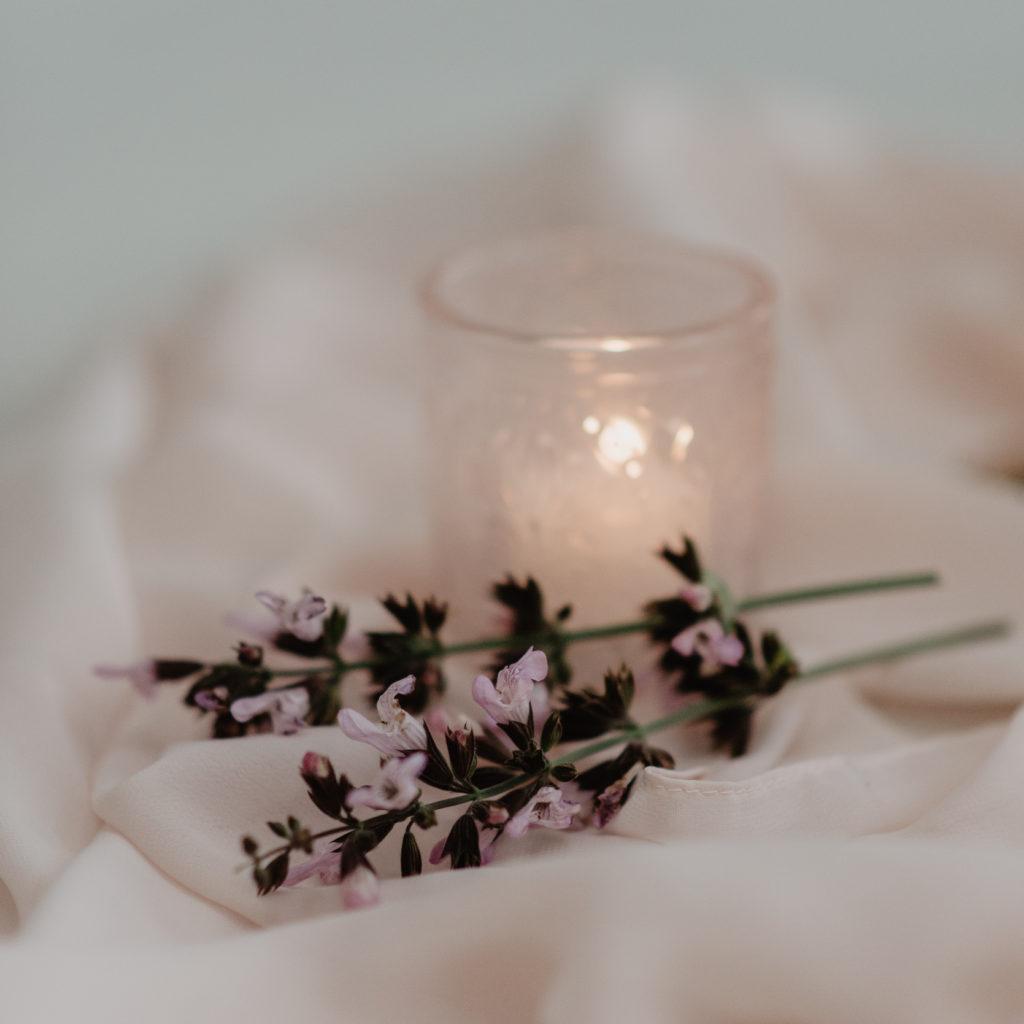 Bloem en kaars op gedekte tafel trouwfeest met roze tinten