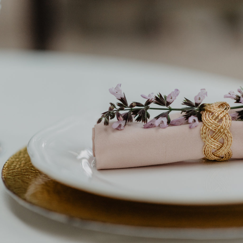 gedekte tafel trouwfeest met roze tinten