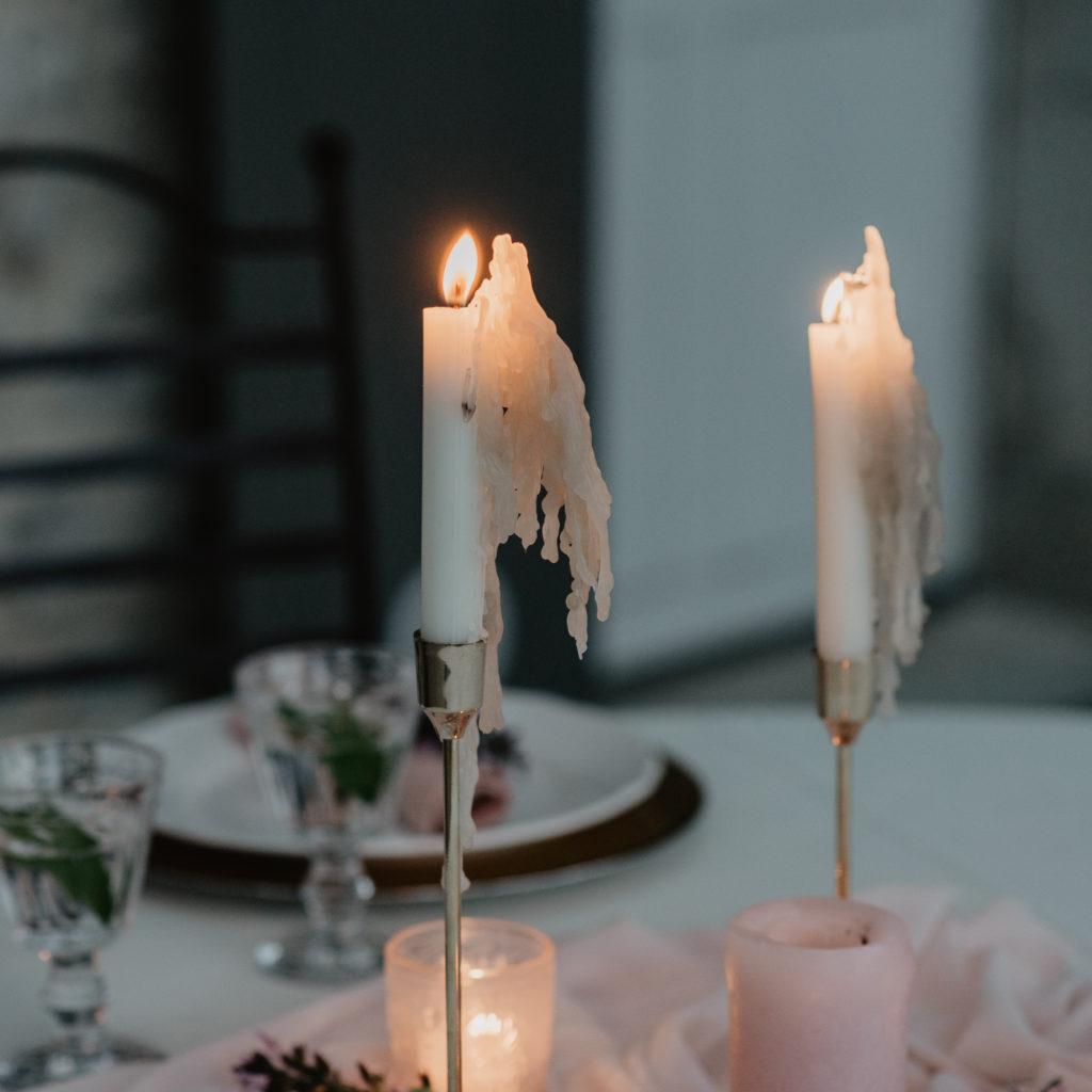 gedekte tafel huwelijk met kaarsen en roze tinten