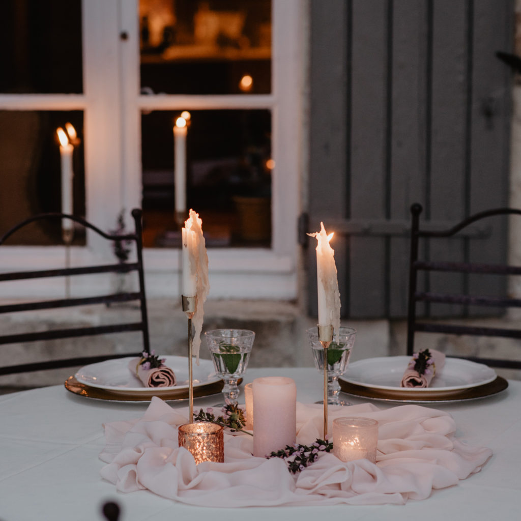 Gedekte tafel buiten trouwfeest met roze tinten