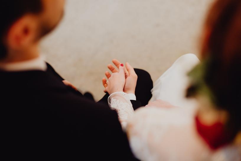 bruidspaar houden elkaars hand vast tijdens de ceremonie