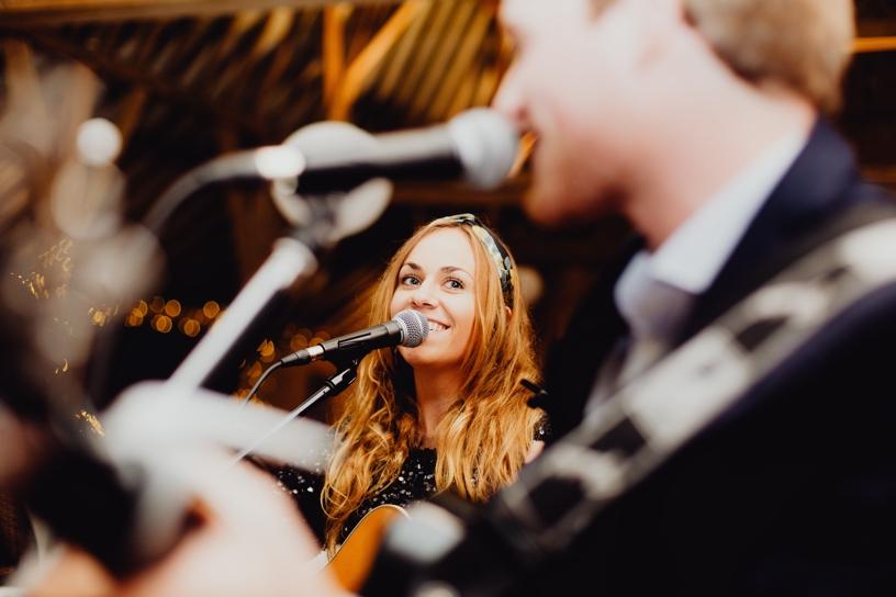 zangeres op trouwfeest