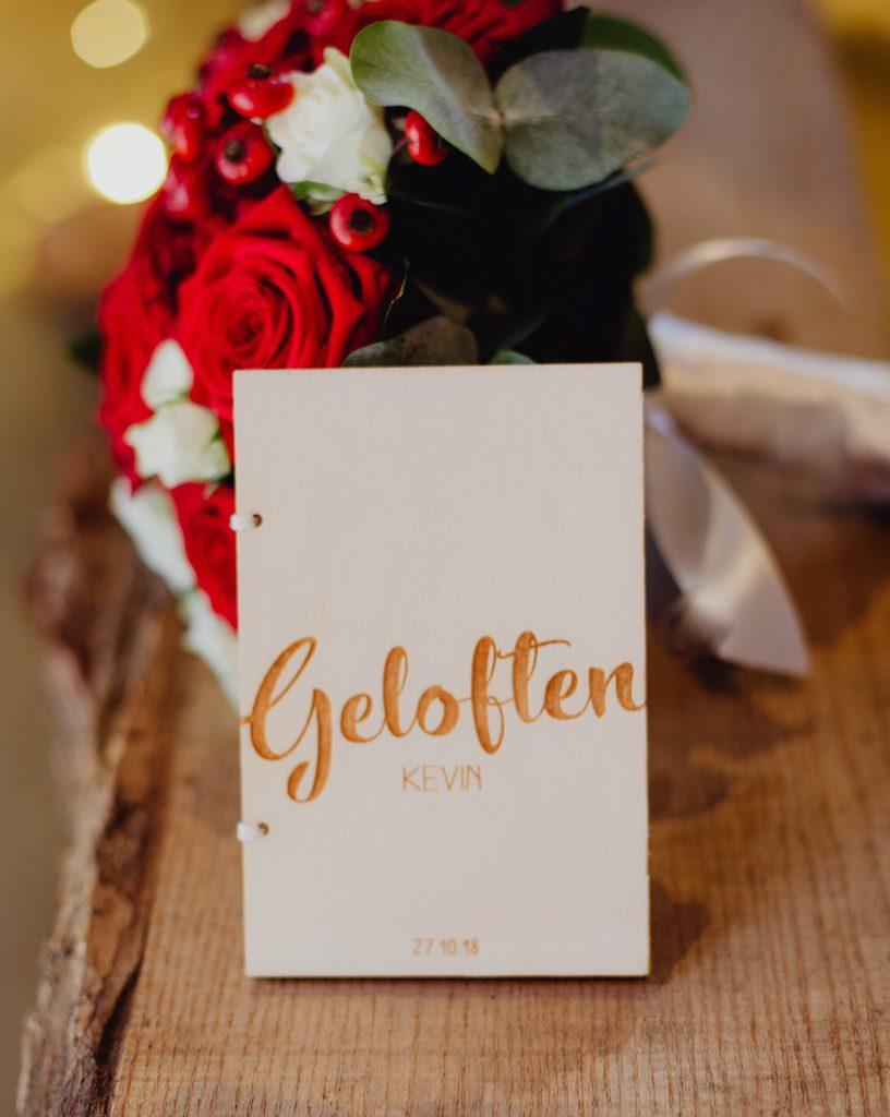 boekje met geloften tegen bruidsboeket