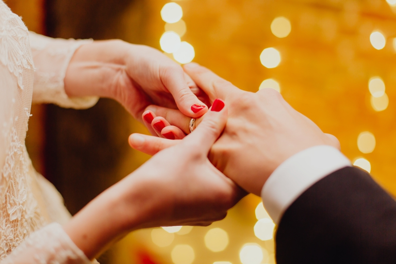 bruid die ring omdoet bij bruidegom