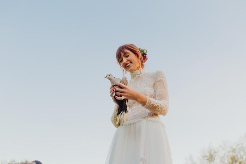 bruid die witte duif vasthoudt