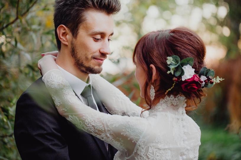 trouwfoto bruidspaar die elkaar vasthouden