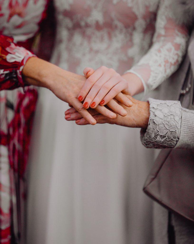 handen op elkaar tijdens trouw