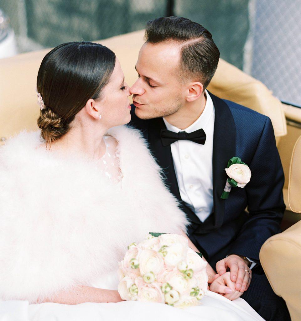 bruid en bruidegom die kussen in wagen
