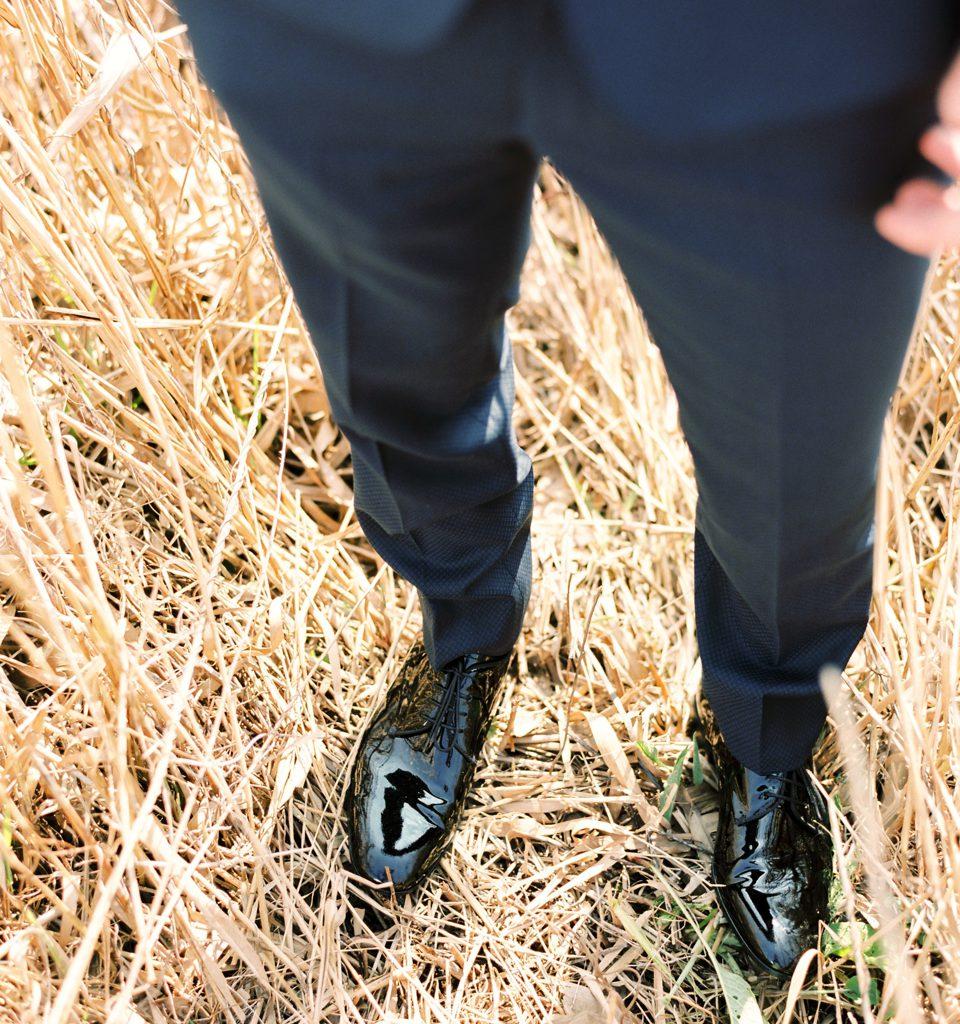 benen van bruidegom in graanveld