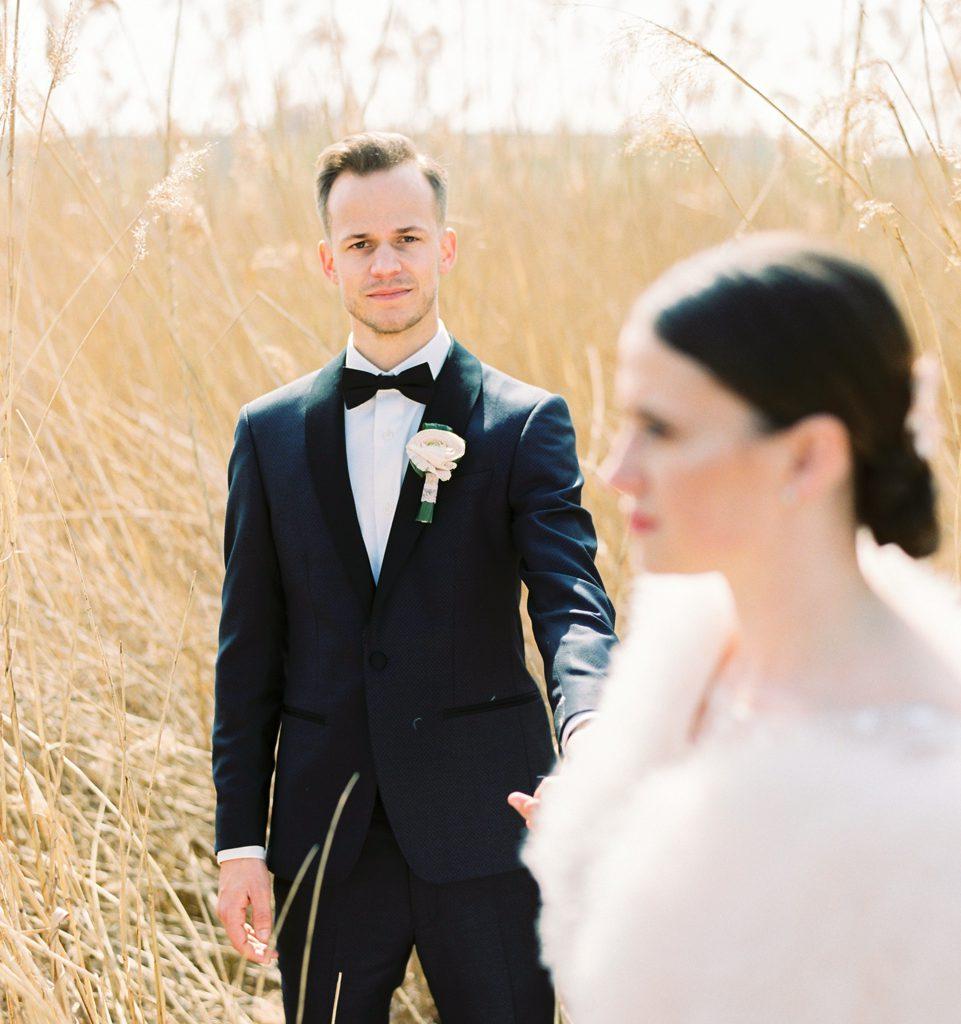 foto bruid en bruidegom in graanveld