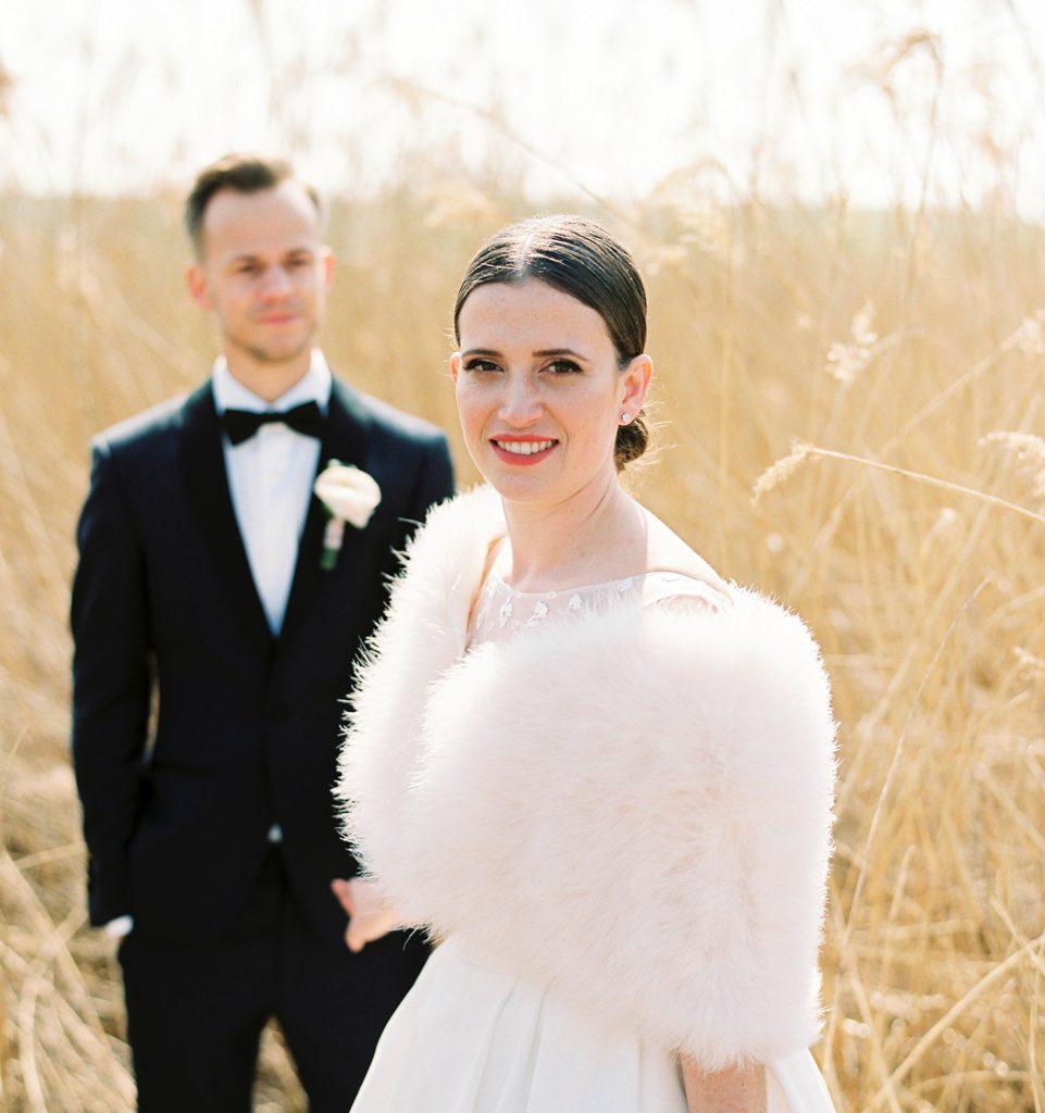 trouwfoto bruid en bruidegom in graanveld