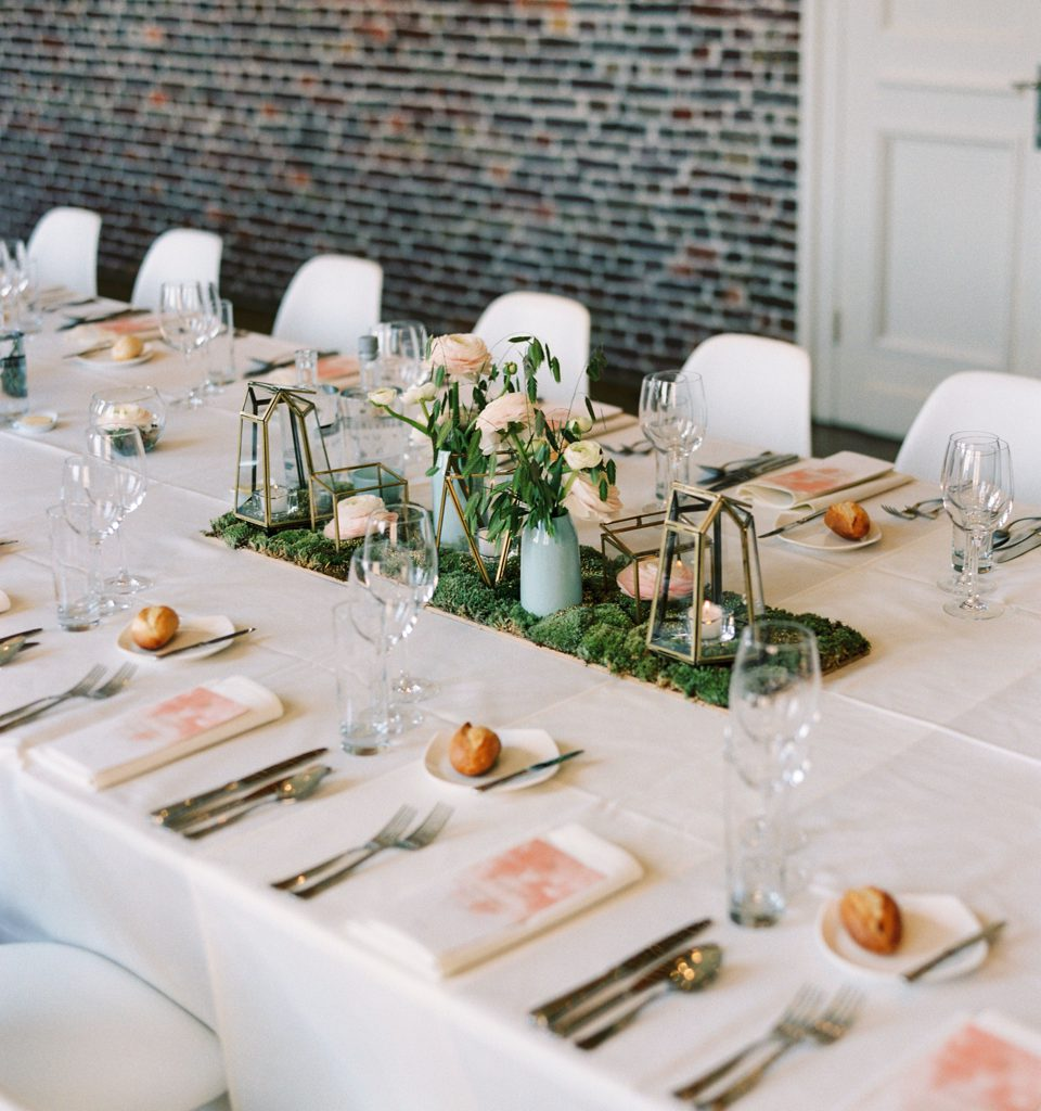 gedekte trouwtafel met groene en zalmroze tinten