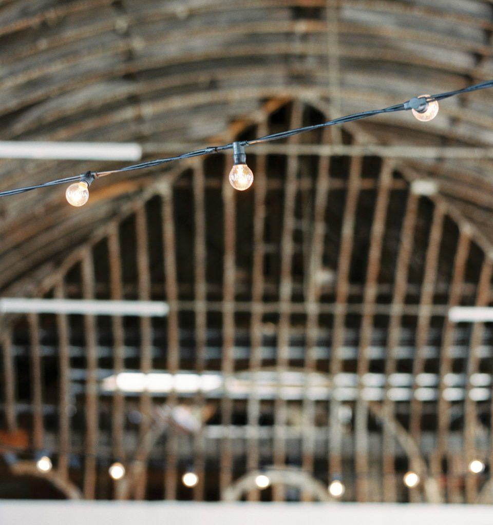 houten schuur plus slinger lichtjes