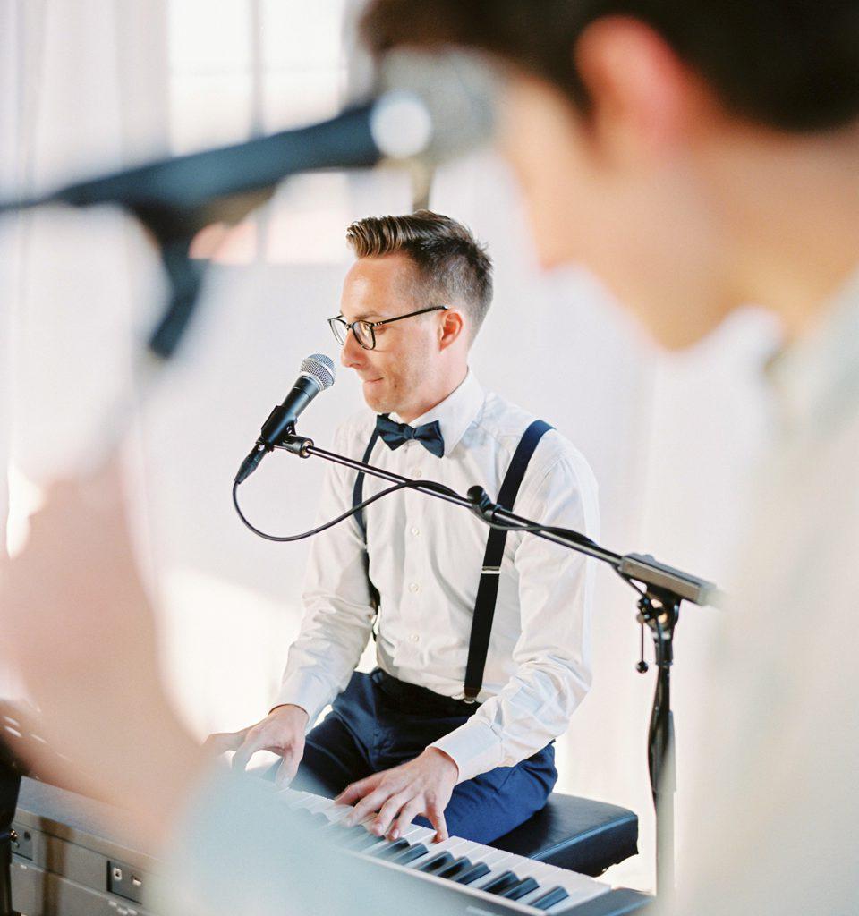 zanger en pianist op trouwfeest