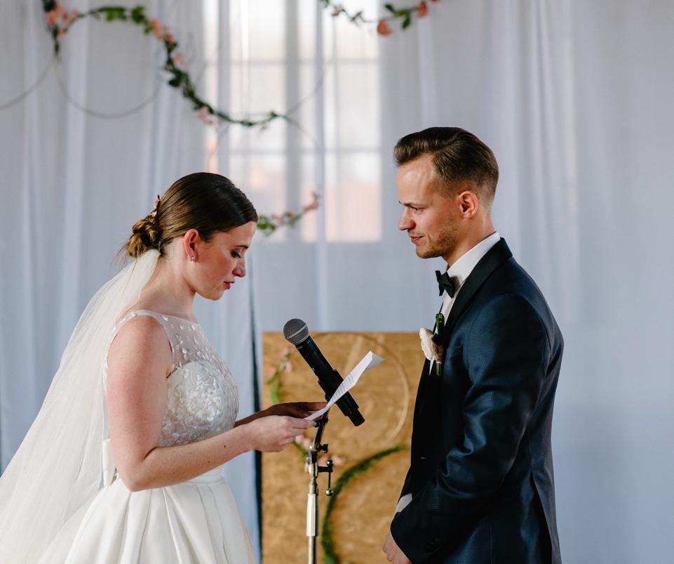 bruid en bruidegom tijdens ceremonie
