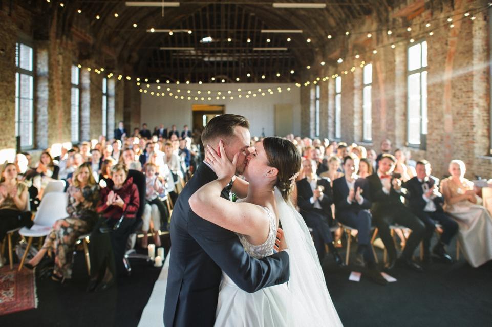 kus bruid en bruidegom tijdens ceremonie