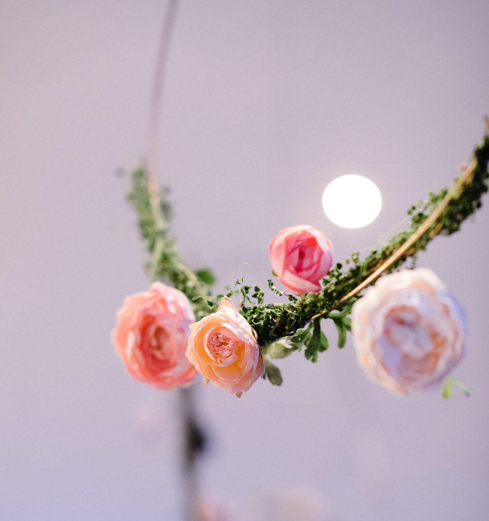 roze bloemen op groene tak