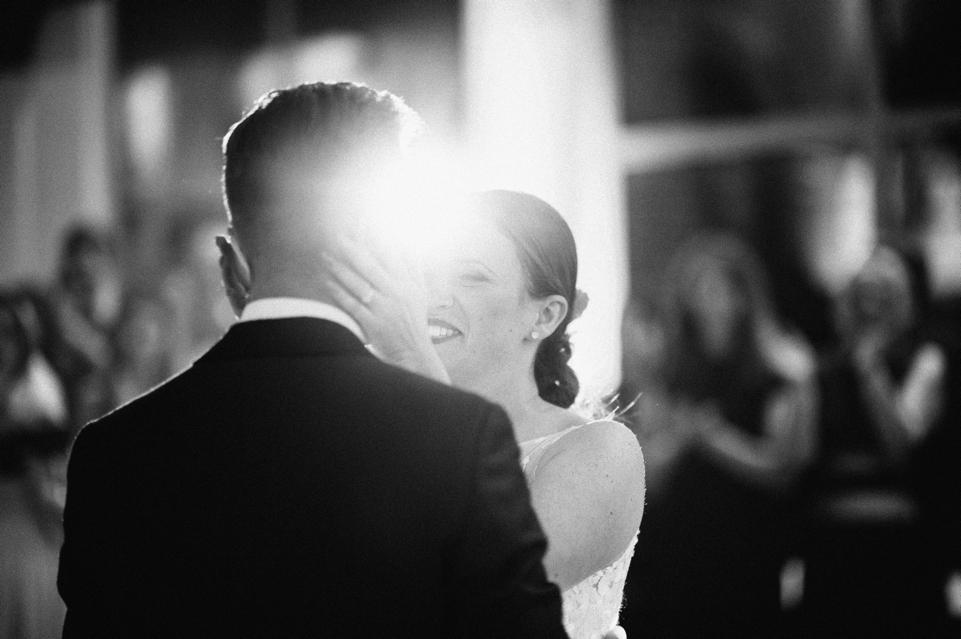 zwart-wit foto bruid en bruidegom