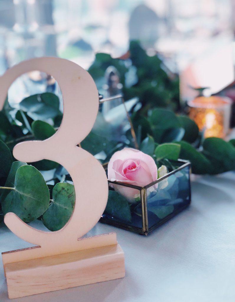 tafelnummer 3 en roze roos in glazen doosje