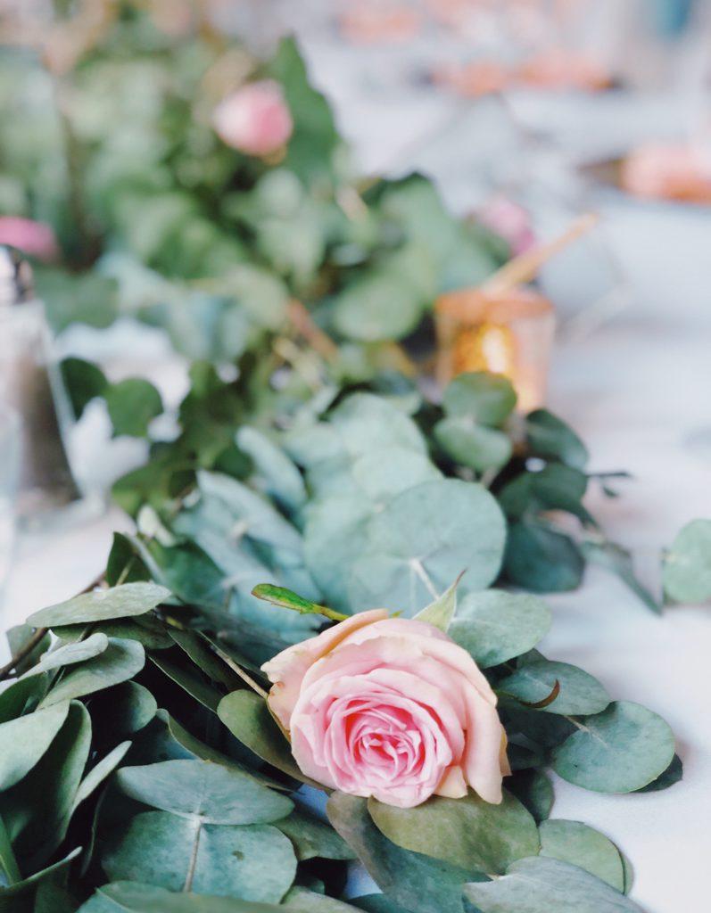 roze roos op tafel trouwfeest