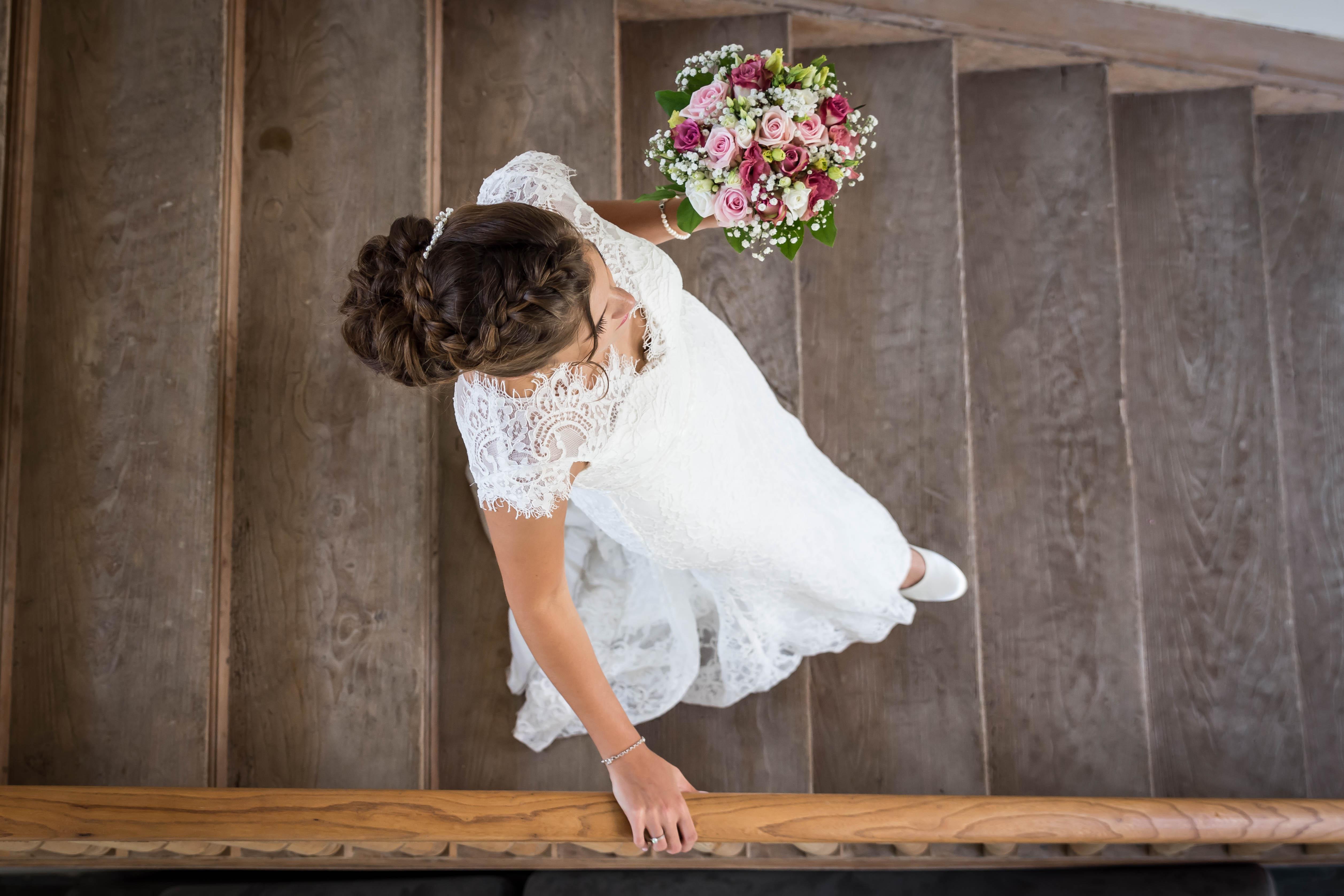 bruid die trap afwandelt met bruidsboeket