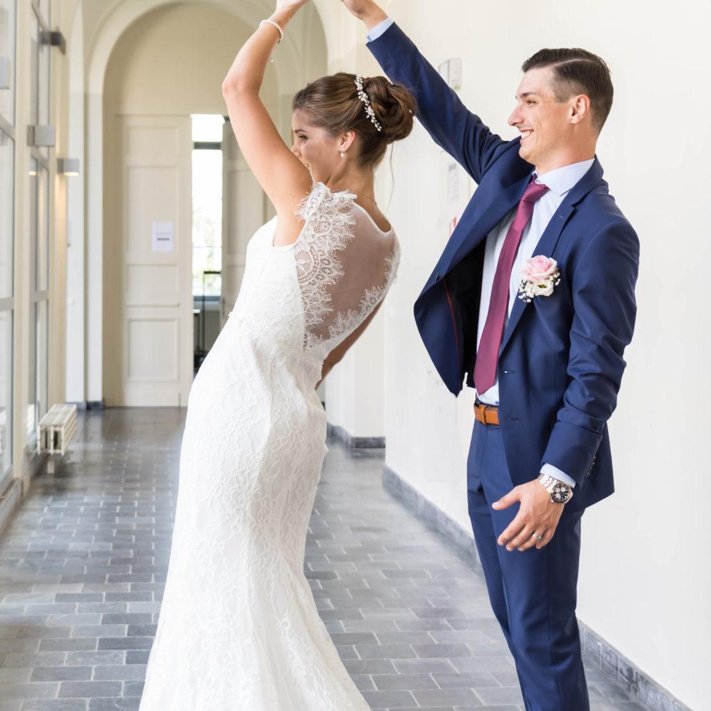 trouwfoto bruidegom die bruid ronddraait