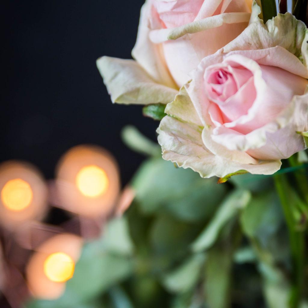 roze roos op trouwfeest