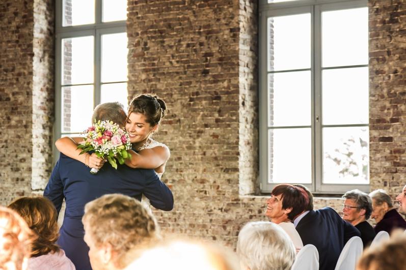 bruid en bruidegom die knuffelen tijdens ceremonie