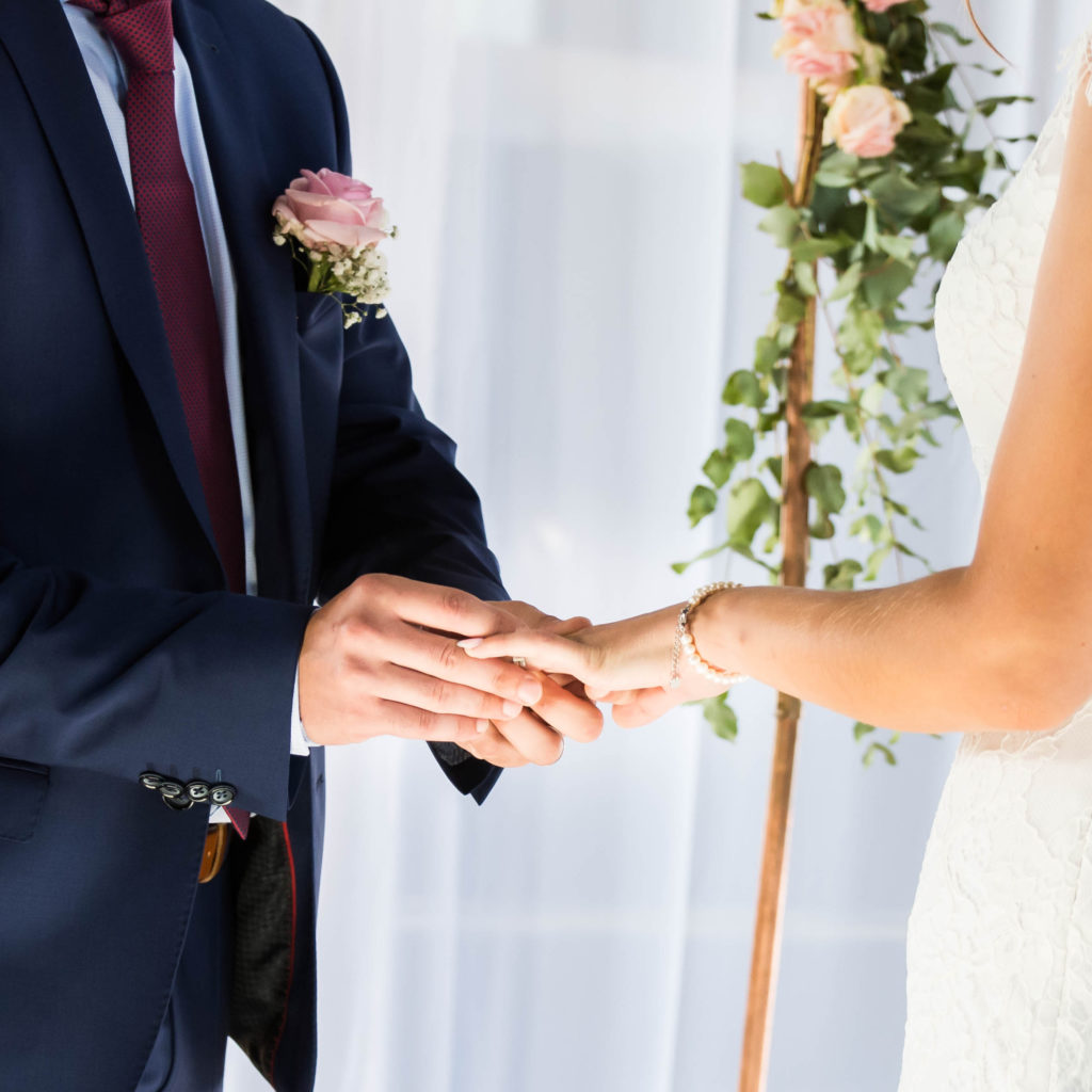 bruidegom doet ring aan bij bruid