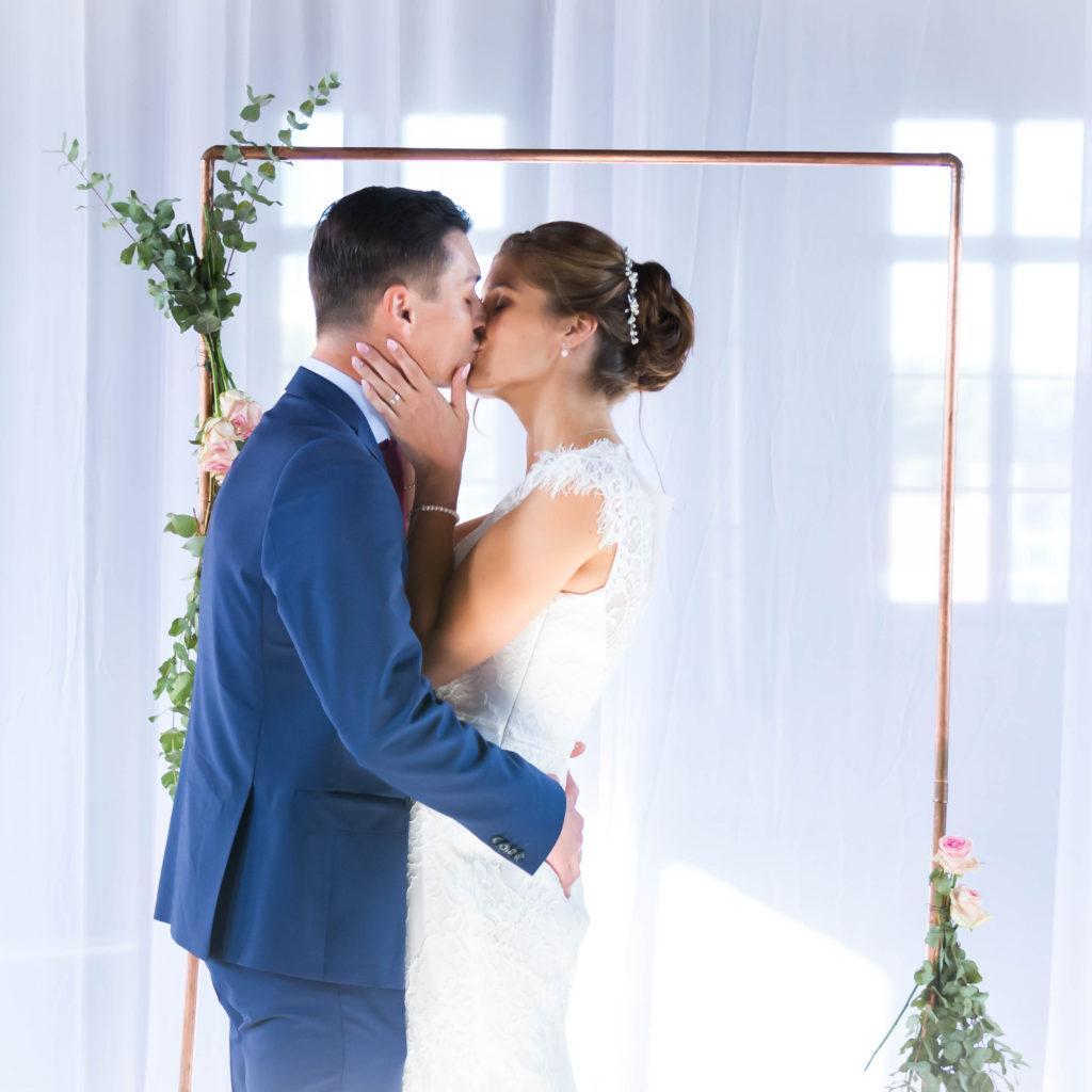 trouwfoto van bruid en bruidegom die kussen
