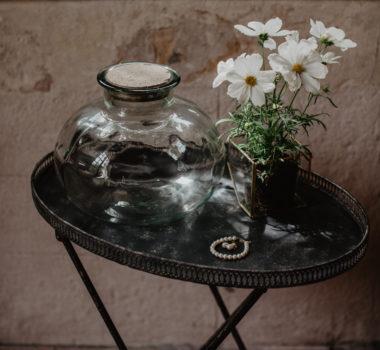 decoratie voor trouwfeest, bloemen op tafel met ketting voor een event.