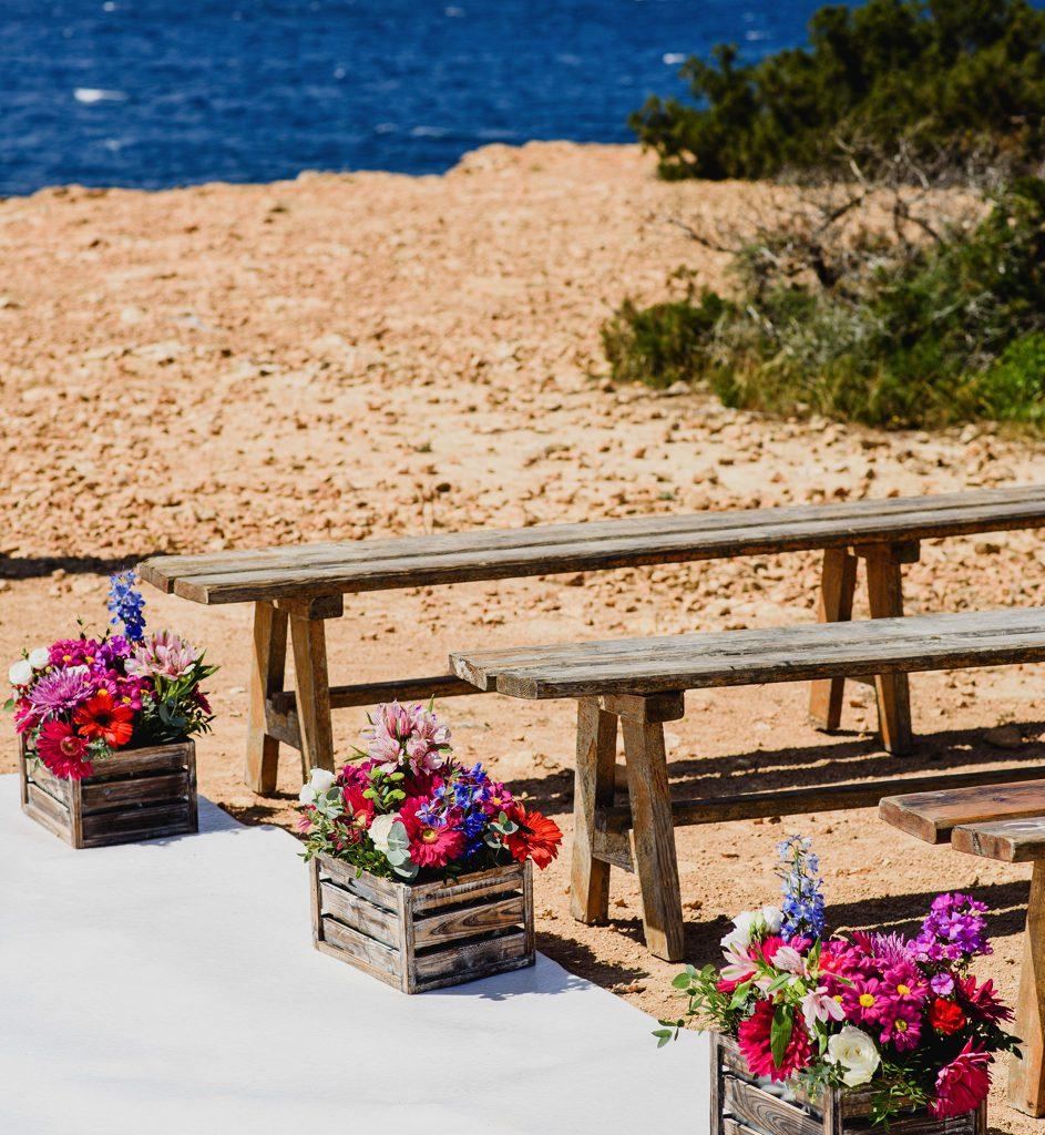 Banken voor ceremonie op het strand in Ibiza