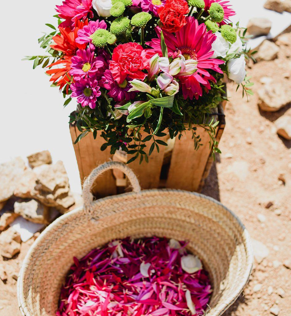 mand met roze bloemblaadjes op huwelijk