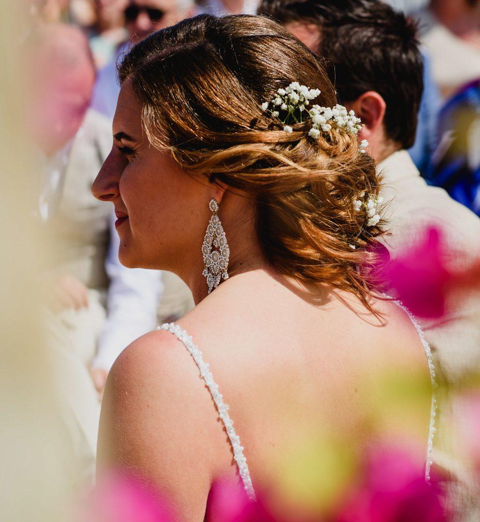 foto bruid van de achterkant tijdens ceremonie