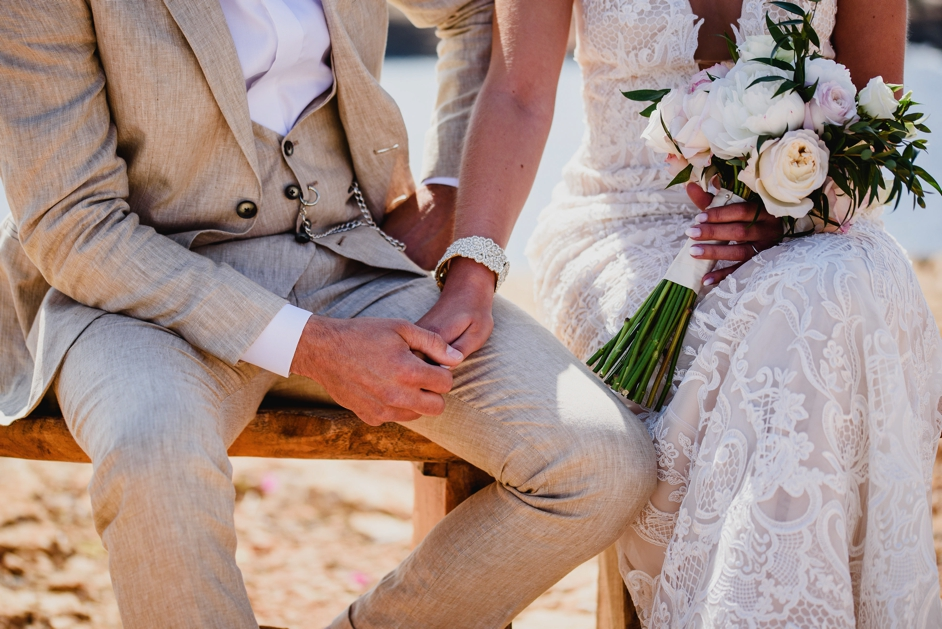 bruid en bruidegom die handen vasthouden