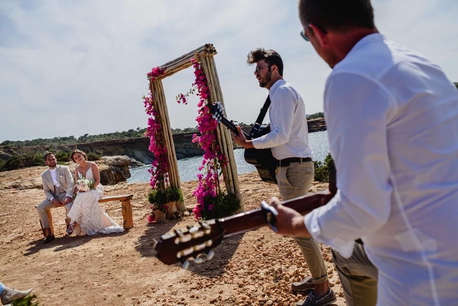 muziekbandje tijdens ceremonie op strand in Ibiza
