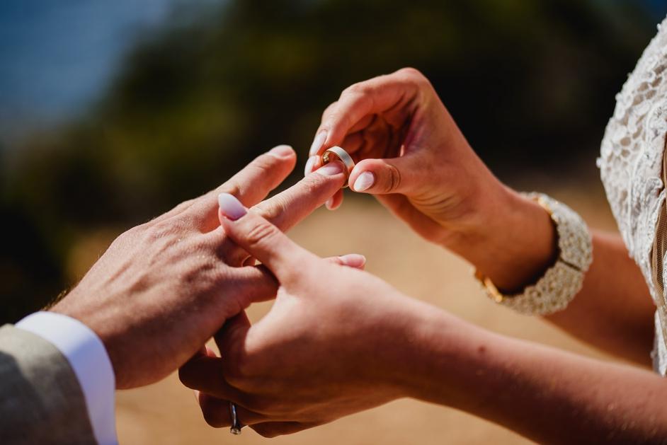 bruidegom die ring omdoet bij bruid