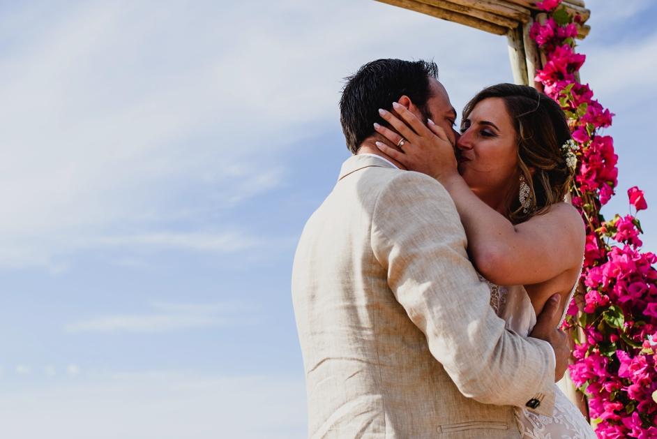 bruid en bruidegom die kussen