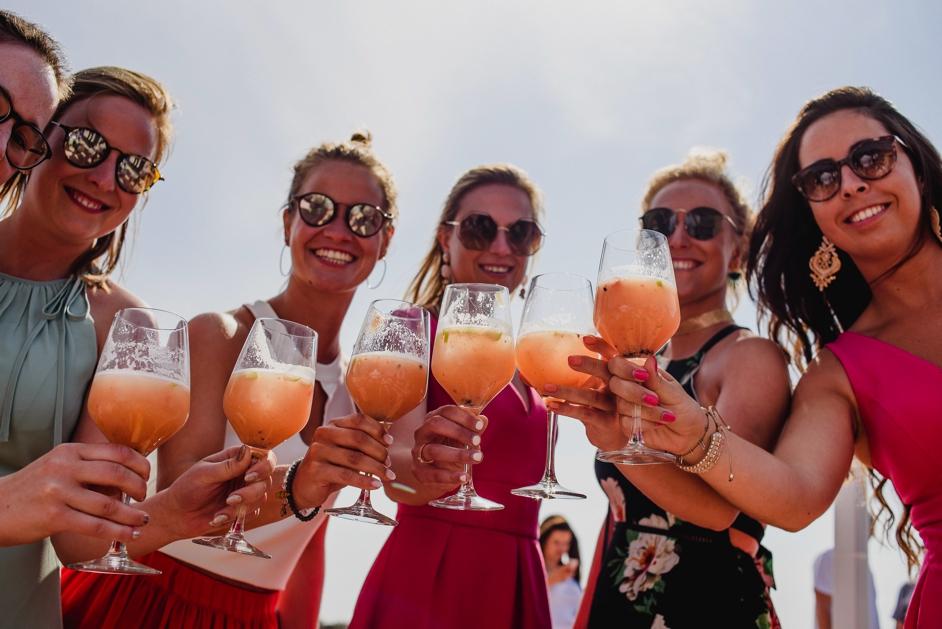 bruidsmeisje met cocktail in de hand