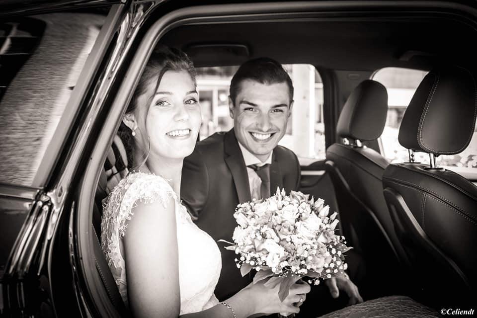 zwart-wit foto van bruid en bruidegom in auto