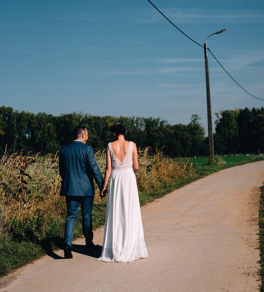 trouwfoto achterkant bruidspaar