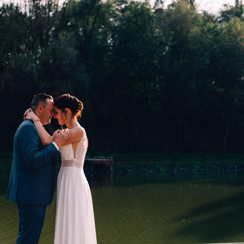trouwfoto bruidspaar met hoofden tegen elkaarn