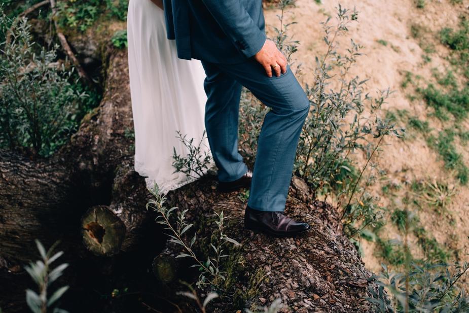 onderkant bruidspaar op heuvel