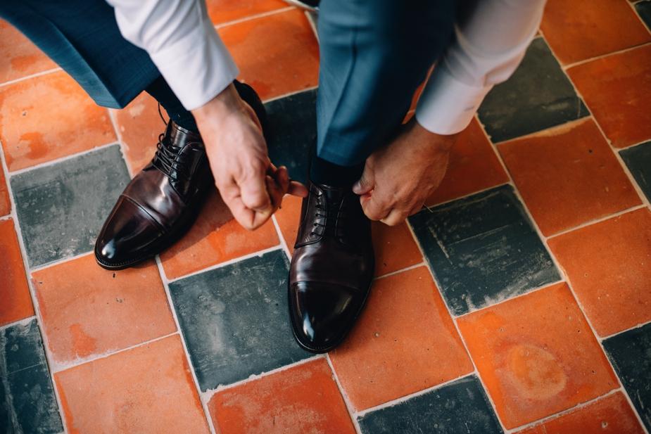 bruidegom die schoenen vastmaakt