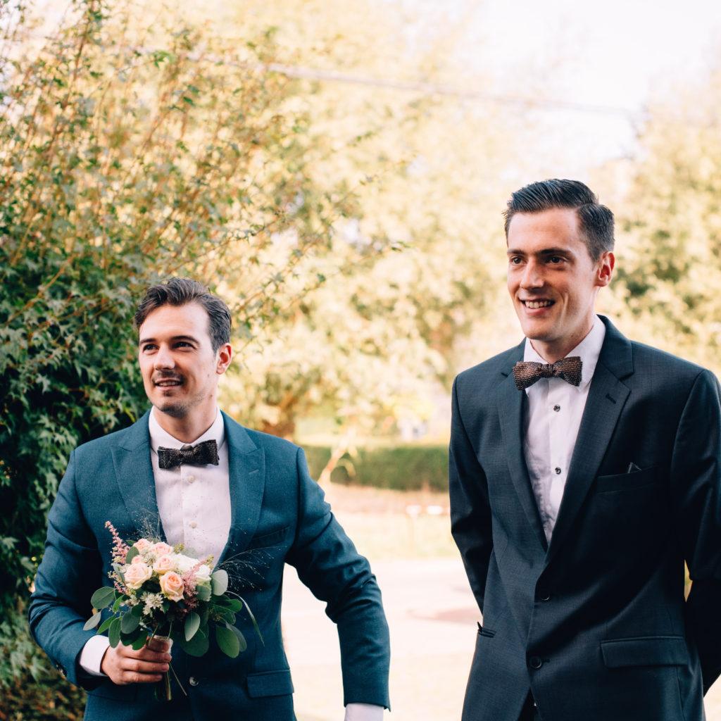 Twee mannen in kostuum op huwelijk