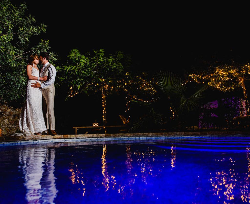 bruid en bruidegom aan zwembad