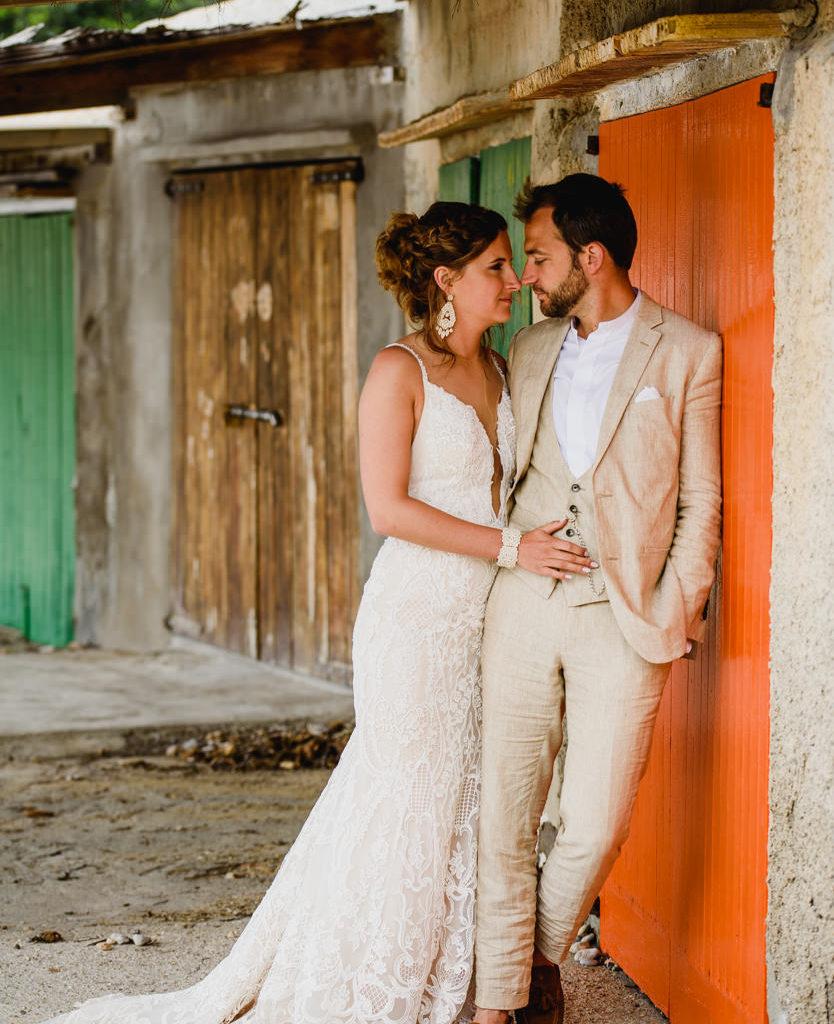 trouwfoto bruid en bruidegom aan oranje deur