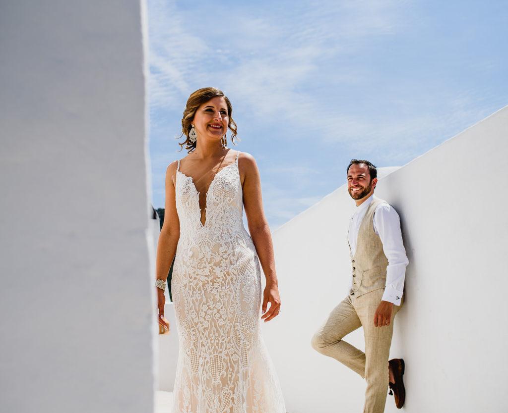 trouwfoto bruid en bruidegom aan witte muren