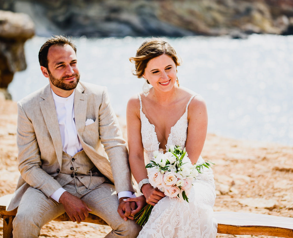 trouwfoto bruid en bruidegom tijdens ceremonie op het strand in Ibiza